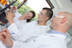 Grupo de estudiantes joven en laboratorio de química brillante fotografía de archivo libre de regalías