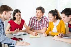 Grupo de estudiantes jovenes imagen de archivo libre de regalías
