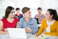 Grupo de estudiantes jovenes imagenes de archivo