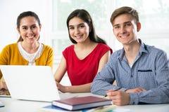 Grupo de estudiantes jovenes foto de archivo