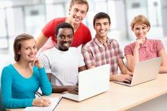 Grupo de estudiantes jovenes foto de archivo libre de regalías