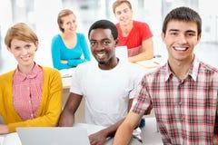 Grupo de estudiantes jovenes imágenes de archivo libres de regalías