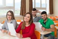 Grupo de estudiantes jovenes que se preparan para los exámenes Imagenes de archivo