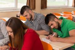 Grupo de estudiantes jovenes que se preparan para los exámenes Foto de archivo