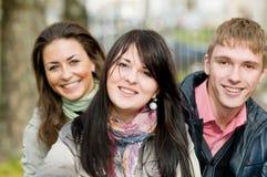 Grupo de estudiantes jovenes sonrientes Imagenes de archivo