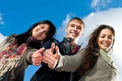 Grupo de estudiantes jovenes sonrientes Fotos de archivo