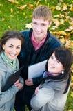 Grupo de estudiantes jovenes sonrientes Imágenes de archivo libres de regalías