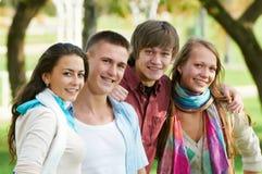 Grupo de estudiantes jovenes sonrientes al aire libre Imagenes de archivo