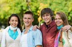 Grupo de estudiantes jovenes sonrientes al aire libre Foto de archivo