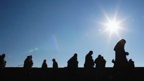 Grupo de estudiantes de la escuela secundaria que corren contra el fondo del cielo, día soleado Europa almacen de metraje de vídeo