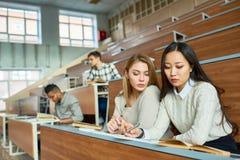 Grupo de estudiantes modernos en la universidad Fotos de archivo