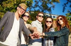 Grupo de estudiantes o de adolescentes con las manos en el top Fotografía de archivo
