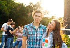 Grupo de estudiantes o de adolescentes con los cuadernos al aire libre Foto de archivo