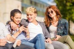 Grupo de estudiantes o de adolescentes con smartphones Fotos de archivo libres de regalías