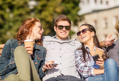 Grupo de estudiantes o de adolescentes con smartphones Imagen de archivo libre de regalías