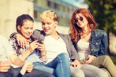 Grupo de estudiantes o de adolescentes con smartphones Fotos de archivo