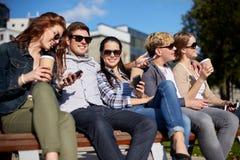 Grupo de estudiantes o de adolescentes que beben el café Foto de archivo libre de regalías