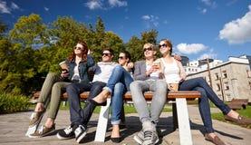Grupo de estudiantes o de adolescentes que beben el café Fotografía de archivo libre de regalías
