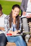 Grupo de estudiantes o de adolescentes que cuelgan hacia fuera Imagen de archivo
