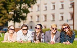 Grupo de estudiantes o de adolescentes que cuelgan hacia fuera Foto de archivo libre de regalías