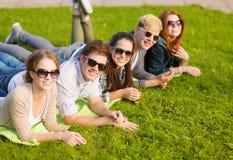 Grupo de estudiantes o de adolescentes que cuelgan hacia fuera Fotos de archivo