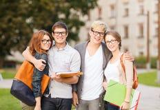 Grupo de estudiantes o de adolescentes que cuelgan hacia fuera Fotos de archivo libres de regalías