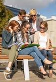 Grupo de estudiantes o de adolescentes que cuelgan hacia fuera Fotografía de archivo