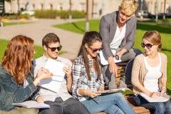 Grupo de estudiantes o de adolescentes que cuelgan hacia fuera Fotografía de archivo libre de regalías