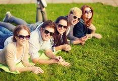 Grupo de estudiantes o de adolescentes que cuelgan hacia fuera Foto de archivo