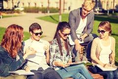 Grupo de estudiantes o de adolescentes que cuelgan hacia fuera Imagenes de archivo