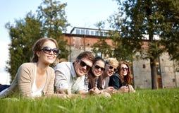Grupo de estudiantes o de adolescentes que cuelgan hacia fuera Imagen de archivo libre de regalías