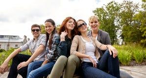 Grupo de estudiantes o de adolescentes que cuelgan hacia fuera Imágenes de archivo libres de regalías