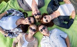 Grupo de estudiantes o de adolescentes que mienten en círculo Imágenes de archivo libres de regalías
