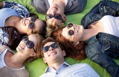 Grupo de estudiantes o de adolescentes que mienten en círculo Imagen de archivo libre de regalías