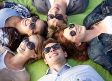 Grupo de estudiantes o de adolescentes que mienten en círculo Fotografía de archivo libre de regalías