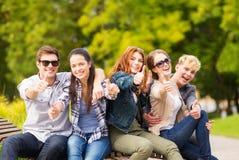 Grupo de estudiantes o de adolescentes que muestran los pulgares para arriba Imagen de archivo
