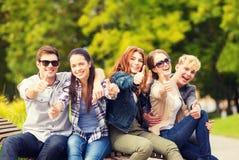 Grupo de estudiantes o de adolescentes que muestran los pulgares para arriba Foto de archivo libre de regalías