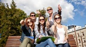 Grupo de estudiantes o de adolescentes que muestran los pulgares para arriba Fotos de archivo libres de regalías