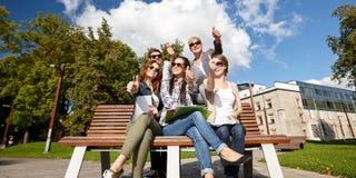 Grupo de estudiantes o de adolescentes que muestran los pulgares para arriba Imágenes de archivo libres de regalías