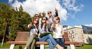 Grupo de estudiantes o de adolescentes que muestran los pulgares para arriba Foto de archivo