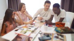 Grupo de estudiantes o de equipo joven del negocio que trabajan en un proyecto metrajes