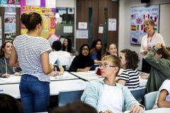Grupo de estudiantes que aprenden en sala de clase Fotos de archivo