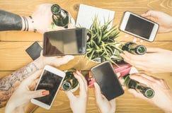 Grupo de estudiantes que envicia la diversión junta usando smartphones - Foto de archivo