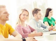 Grupo de estudiantes que estudian en la lección Fotografía de archivo