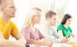 Grupo de estudiantes que estudian en la lección Imagen de archivo libre de regalías