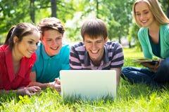 Grupo de estudiantes que estudian junto Fotos de archivo libres de regalías