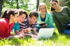 Grupo de estudiantes que estudian junto Imagen de archivo