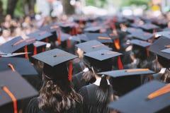 Grupo de estudiantes que grad?a con un t?tulo universitario fotografía de archivo libre de regalías