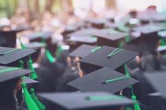 Grupo de estudiantes que grad?a con un t?tulo universitario foto de archivo libre de regalías