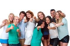 Grupo de estudiantes que hacen los pulgares para arriba. fotos de archivo